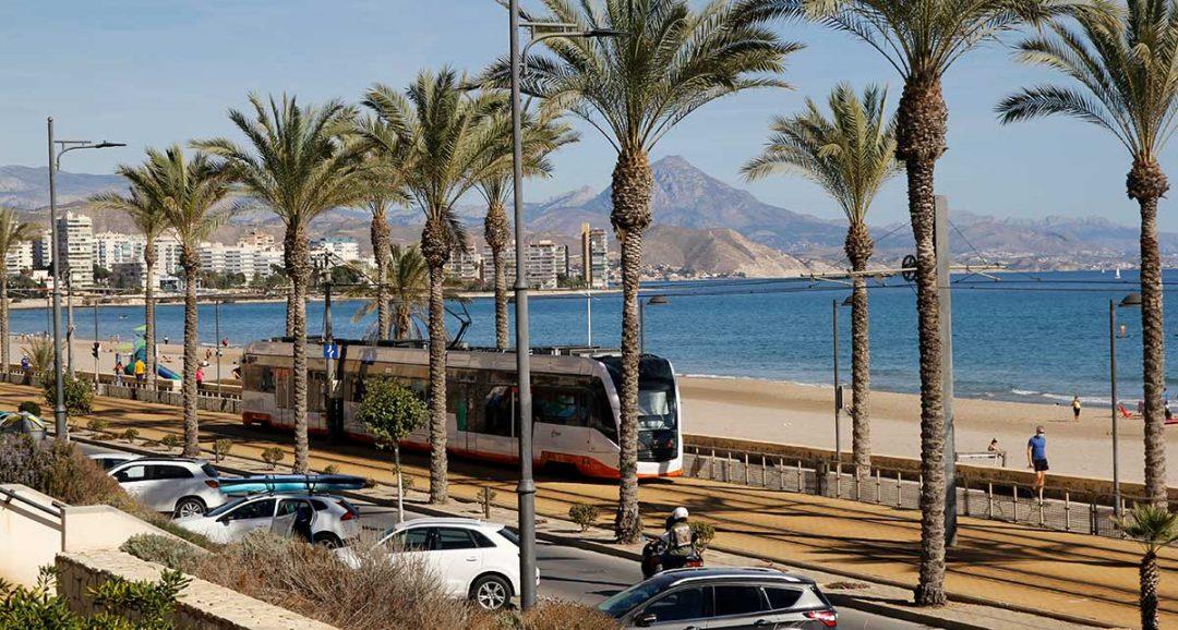 Linea 3 TRAM Alicante Campello a su paso por la playa de Muchavista