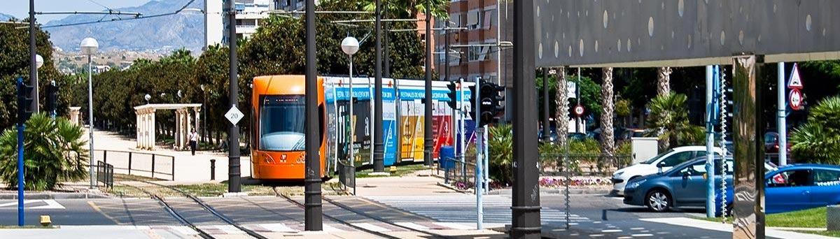 Tranvia de Alicante llegando a la parada de avda Holanda