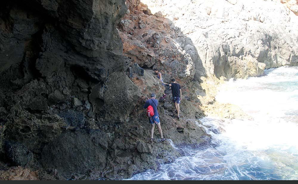 Espectacular salida de la Cueva de Denia hacia el camino
