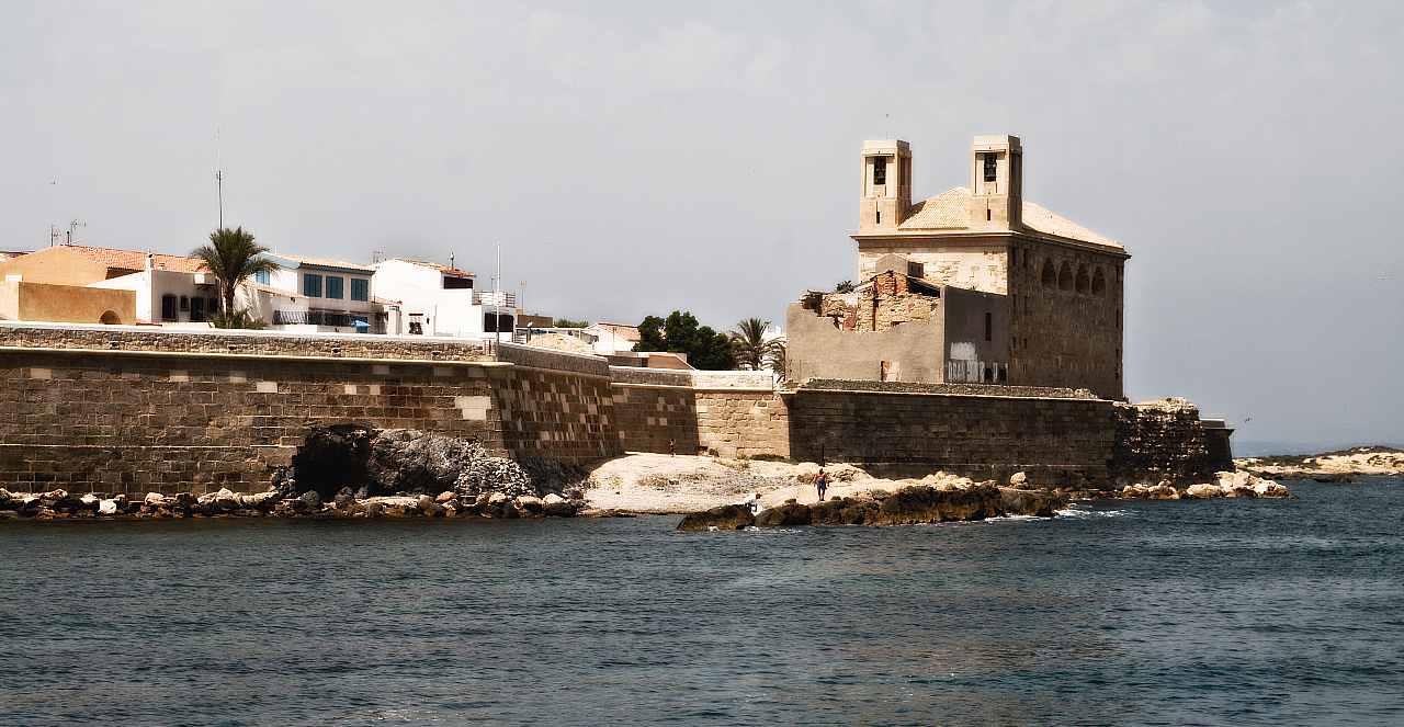 vista de las murallas de Tabarca y la iglesia