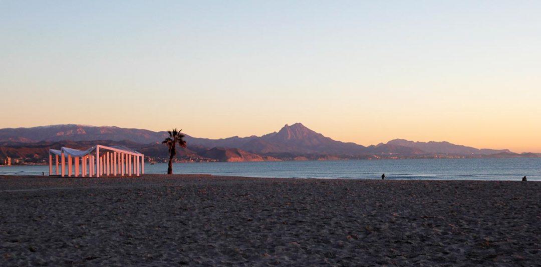 Plano general de la playa de San Juan de Alicante a primera hora del día