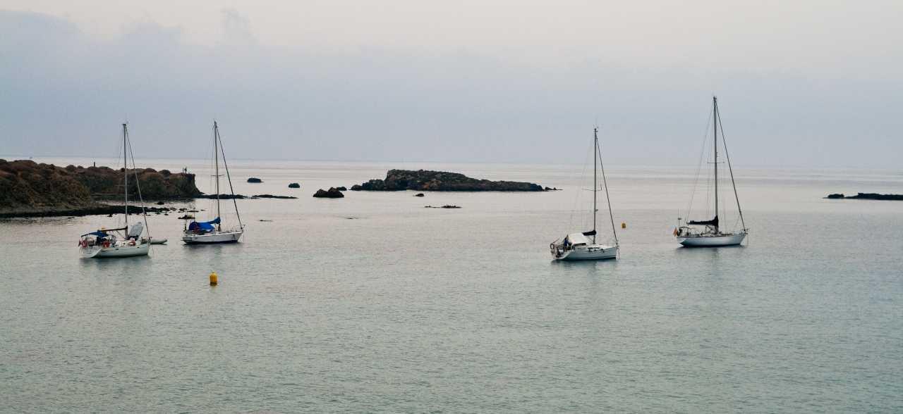 veleros al amanecer en la isla de Tabarca Alicante