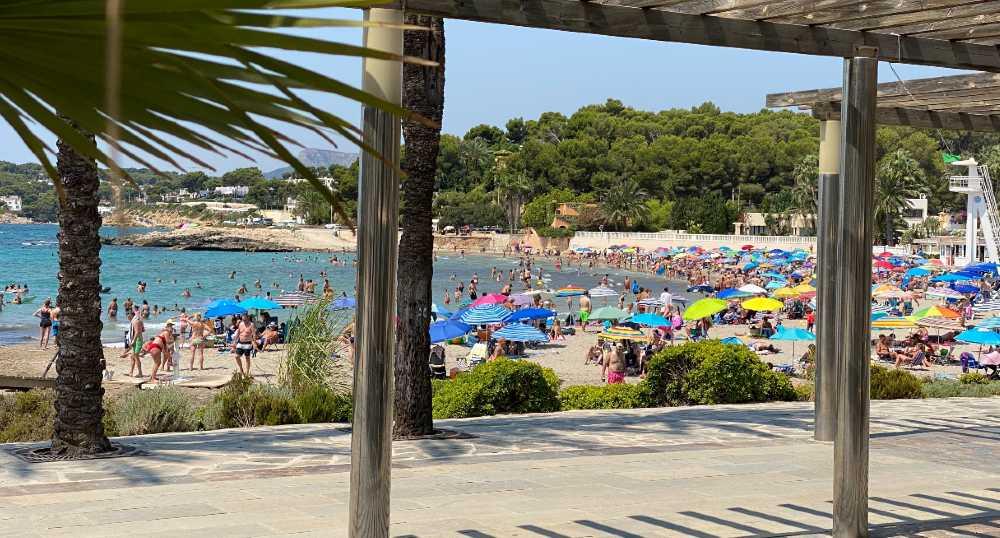 Desde el paseo, la playa de l'Ampolla en Moraira