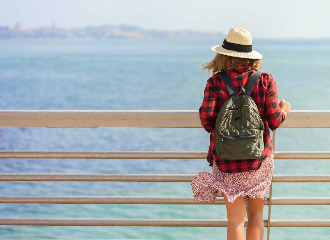 mujer mirando el mar en alicante