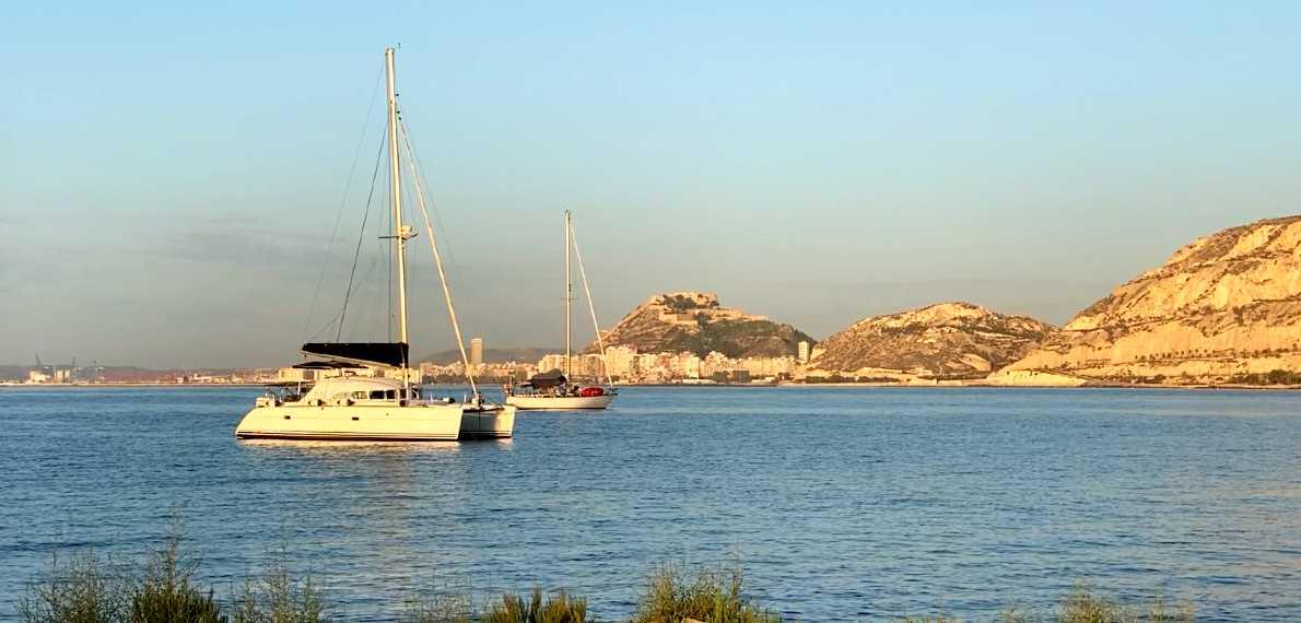 barcos de aluiler frente a la costa de Alicante
