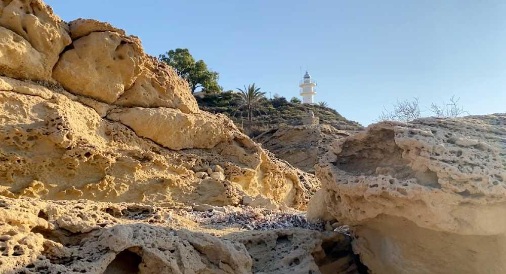Faro del Cabo de la Huerta entre rocas